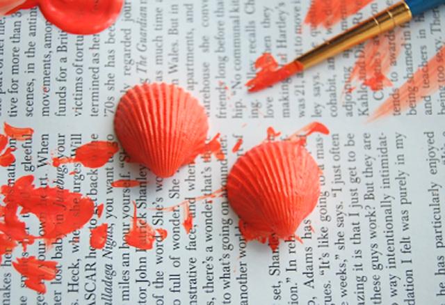 dùng cọ sơn lên vỏ sò màu sơn mà bạn thích và đợi đến khi  vỏ khô