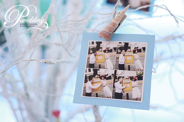 treo những khung hình cưới lên thân cây trang trí