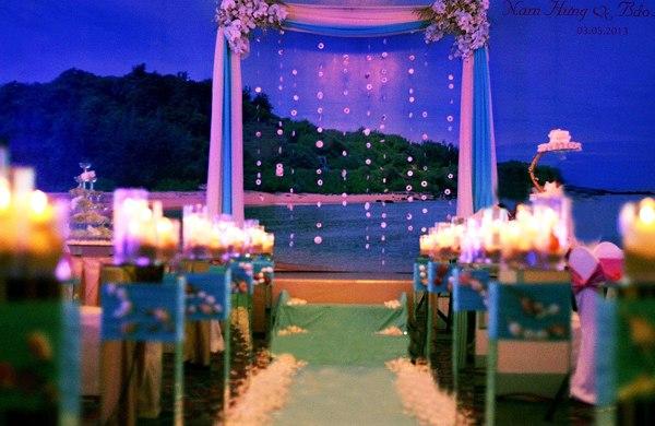Điểm nhấn ấn tượng nhất trong toàn bộ đám cưới chính là sân khấu, nơi đây như tái hiện cảnh biển tuyệt đẹp.