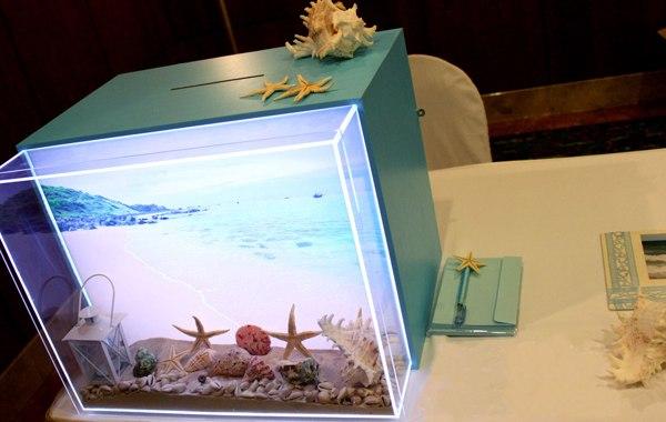Chiếc thùng tiền mừng được trang trí bằng hình ảnh biển độc đáo và ấn tượng.