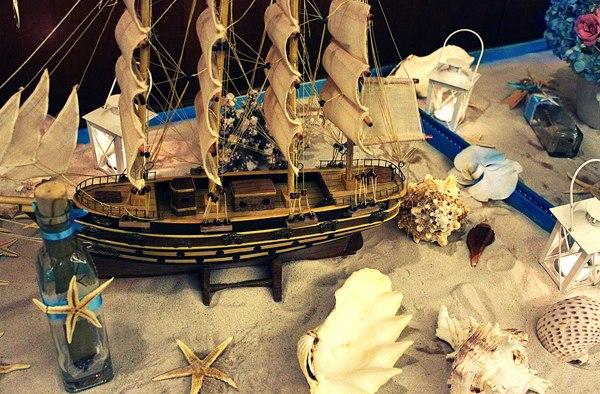 Để mang hơi thở của biển vào đám cưới ở khách sạn, những chuyên gia tổ chức cưới đã sử dụng các phụ kiện gợi nhớ hình ảnh biển cả như chiếc tàu lớn, những chú sao biển hay những vỏ ốc lớn.