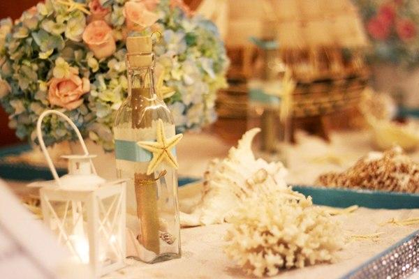Tông màu trang trí chủ đạo trong đám cưới là xanh, gợi nhớ màu của biển, màu của bầu trời.