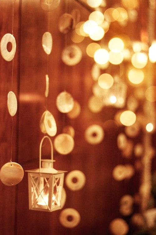 Trong không gian tiệc còn có nhiều dải dây rủ kết từ vỏ ốc đáng yêu.