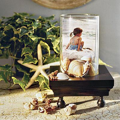 Nên thơ với chiếc bình có cát, vỏ sò và một bức ảnh trên biển