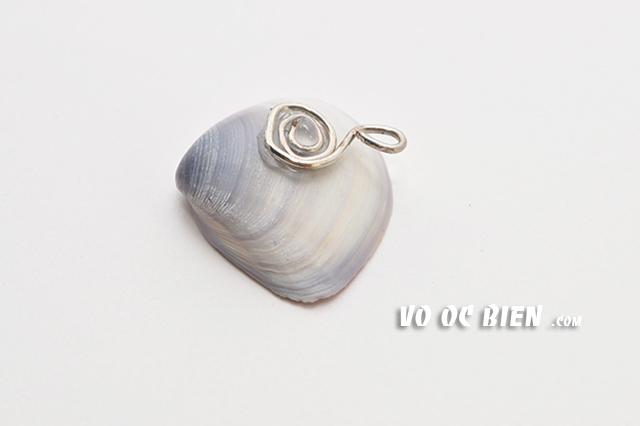 đính phần dây bạc vừa quấn vào phía sau vỏ sò làm măt dây chuyền.