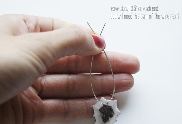 chặp hai đầu sợi dây lại với nhau và chừa mỗi đầu 1cm