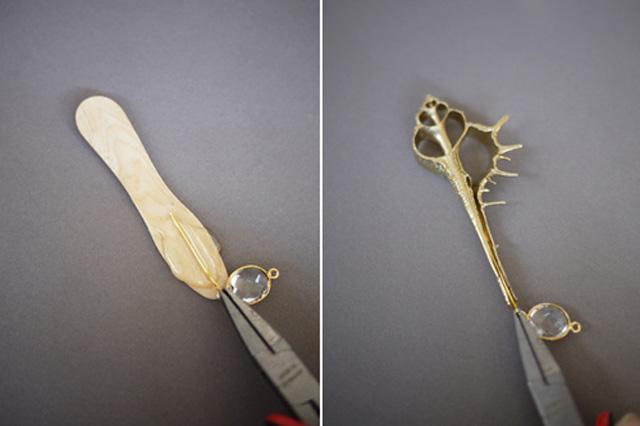 Dùng kềm gắp phần thanh kẽm mạ vàng nhúng đều vào dung dịch keo