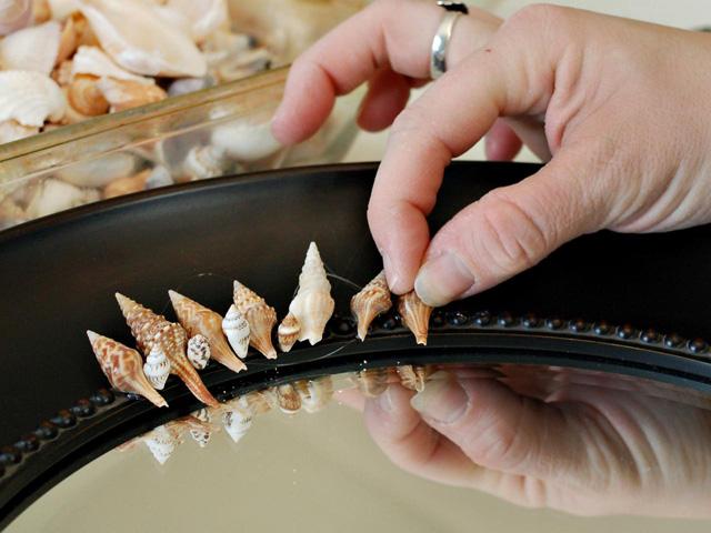 giữ tay sau khi đính keo để đảm bảo độ dính và vị trí vỏ ốc.