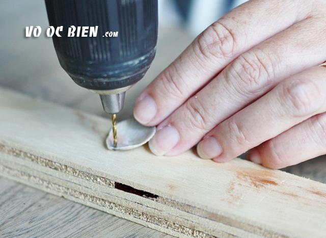 dùng khoan tay khoan một lỗ nhỏ trên vỏ sò