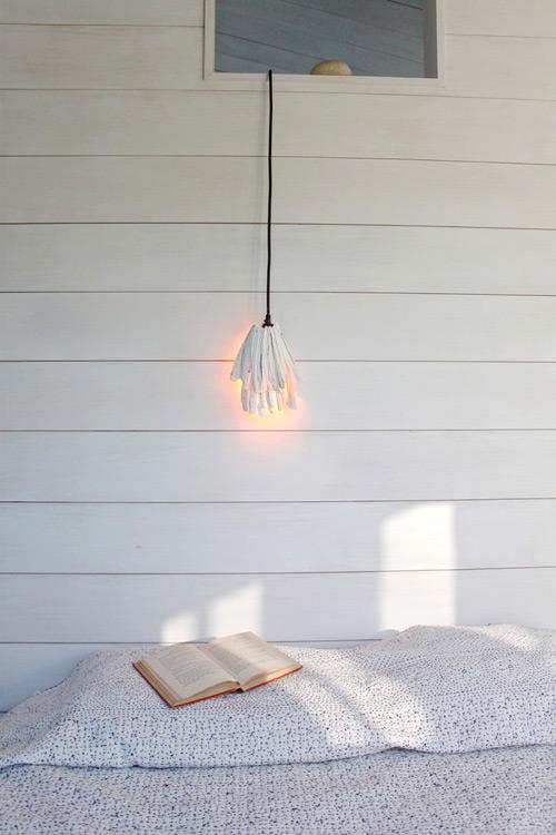 Ánh sáng phát ra từ chiếc đèn thật dịu nhẹ .