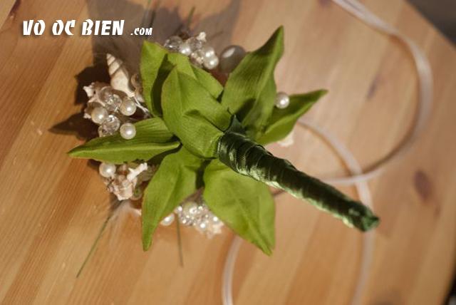 quấn ruy bắng vào tay cầm bó hoa theo hướng từ dưới lên trên.