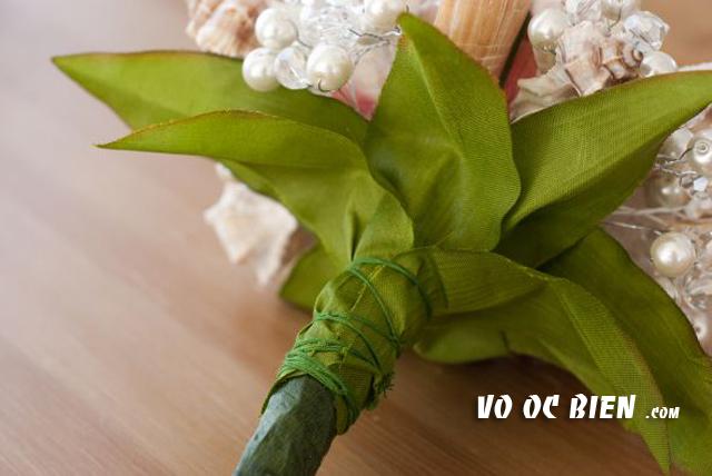 dùng dây, hoặc keo sáp để bó lại phần lá được xếp.