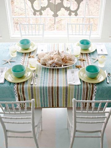 Thay đổi dải khăn trải bàn ở giữa bằng hình ảnh bộ sưu tập vỏ ốc, vỏ sò, sao biển nằm rải rác ở chính giữa bàn