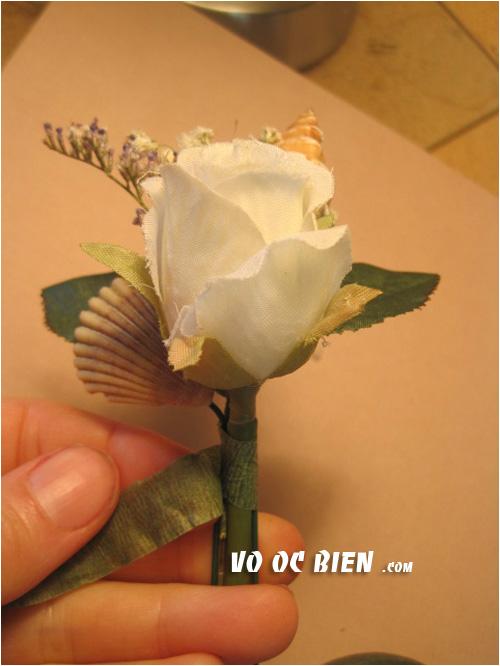 quấn keo sáp xung quanh cành của hoa cài áo