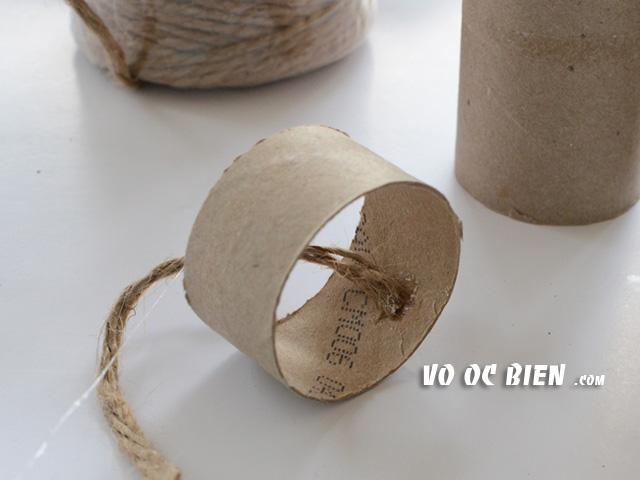 đính 1 đầu dây bố vào bên trong khoanh lõi giấy.