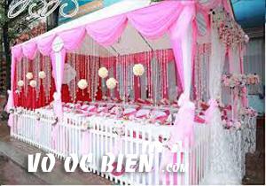 đám cưới biển sử dụng tông màu hồng - trắng kết hợp với nhau làm cho quan khách không thể nào từ chối được mà hoa chung con tim với niềm hạnh phúc của cô dâu chú rể.