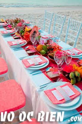 sự kết hơp độc đáo giữa tông đỏ- trắng và xanh dương nhạt góp phần tạo nên một không khí nồng ấm cho đám cưới biển.