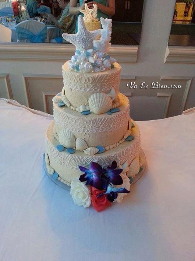 Ý tưởng bánh cưới kết hợp vỏ ốc, sao biển tone trắng