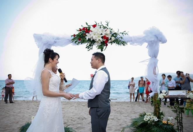 """Khách sạn Sunrise Nha Trang và Khu nghỉ dưỡng Biển Ngọc (Merpele) - Hòn Tằm đã đưa ra chương trình """"Lễ cưới trên bãi biển""""."""