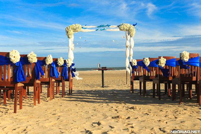 Cô dâu thích gam màu xanh thẫm như màu biển nên wedding planner đã thiết kế nên khu vực làm lễ tại biển Phan Thiết với những trang trí màu xanh ấn tượng.