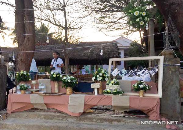 Phương Vy sử dụng một số màu sắc để trang trí trong đám cưới như trắng, xanh, hồng nhưng tất cả đều mang sắc thái nhẹ nhàng. Bàn trưng bày đơn giản, nổi bật là màu xanh của hoa lá và những bức ảnh cưới của cô dâu Phương Vy và chú rể Sean Trace.