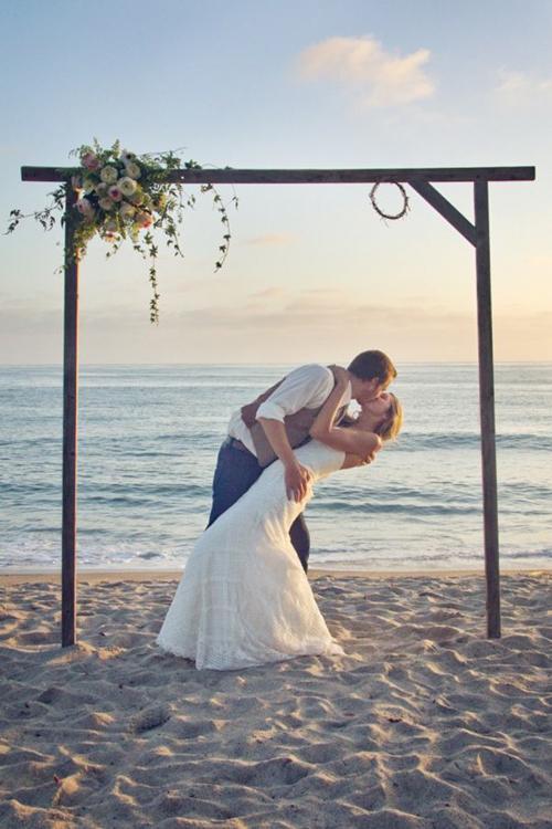 Có nhiều người chọn cưới ở ngay trên bãi cát, một số lại chọn tổ chức ở resort hướng ra biển. Nếu thiết kế khu vực làm lễ trên cát, bạn cần lưu ý về độ chắc chắn, không để gió biển làm ảnh hưởng các chi tiết trang trí..