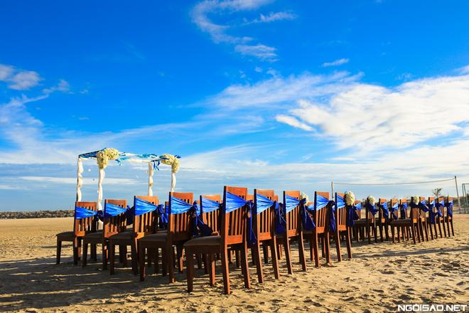 Trước đó, cặp đôi đã tổ chức tiệc tại TP HCM nên đám cưới ở biển là bữa tiệc nhỏ dành cho những người thân thiết nhất với số lượng khách hạn chế, chỉ 60 người chung vui với uyên ương.