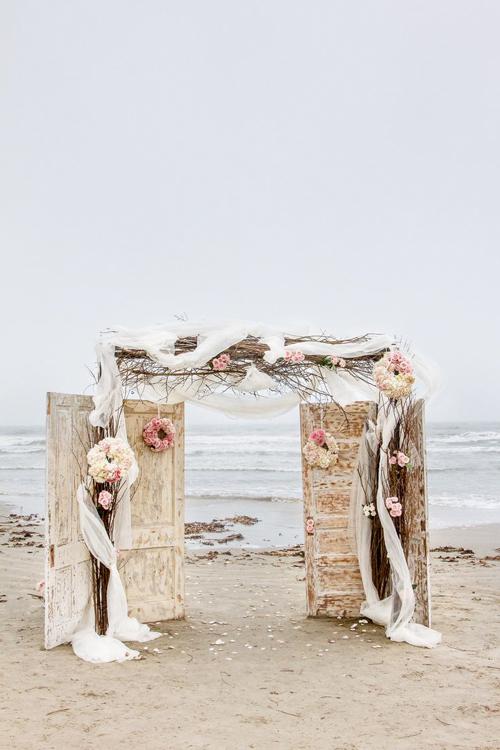 Ngoài ra, cô dâu chú rể cũng nên lưu ý thủy triều. Không nên đặt cổng hoa quá gần mép nước, thủy triều lên có thể làm ảnh hưởng đến đám cưới.