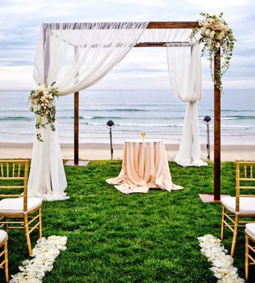 Các thiết kế cổng thường mộc mạc, bằng gỗ, điểm thêm hoa và lụa để gần gũi thiên nhiên.
