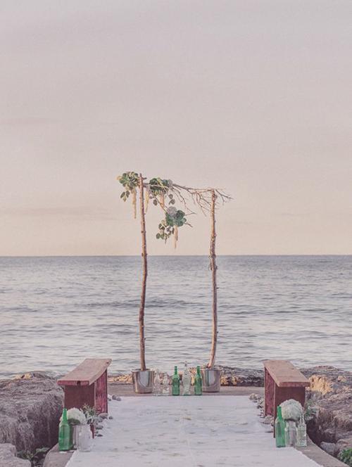 Cổng hoa và phụ kiện đơn giản cho đám cưới ở bãi biển.