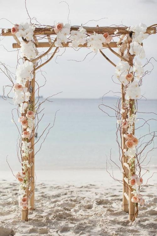 Nếu chọn hoa tươi, cô dâu chú rể nên chọn các loại hoa có độ bền cao.