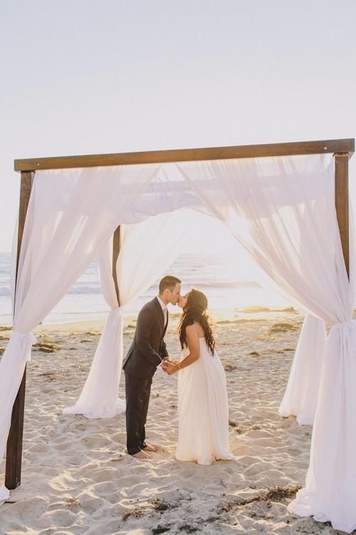 Cô dâu chú rể lãng mạn trên biển, giữa ánh nắng rực rỡ.