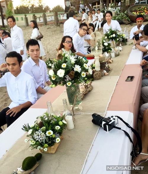 Từ trước đám cưới một tháng, Phương Vy đã trang trí thử bàn tiệc dành cho khách. Cô mang đến cho mọi người những bình hoa nhỏ xinh xắn, ngập tràn phong cách tự nhiên, mộc mạc.