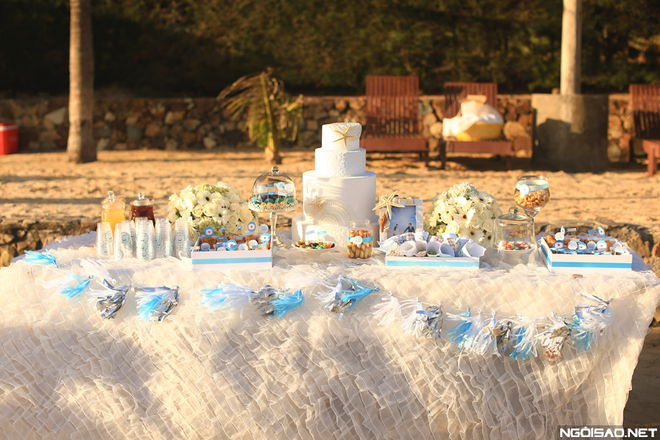 Bàn candy bar trang trí với những chi tiết mềm mại, nhẹ nhàng trong không gian bãi biển ngập tràn nắng