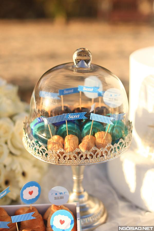 Những tag bánh nhỏ được thiết kế riêng theo tông màu của đám cưới.