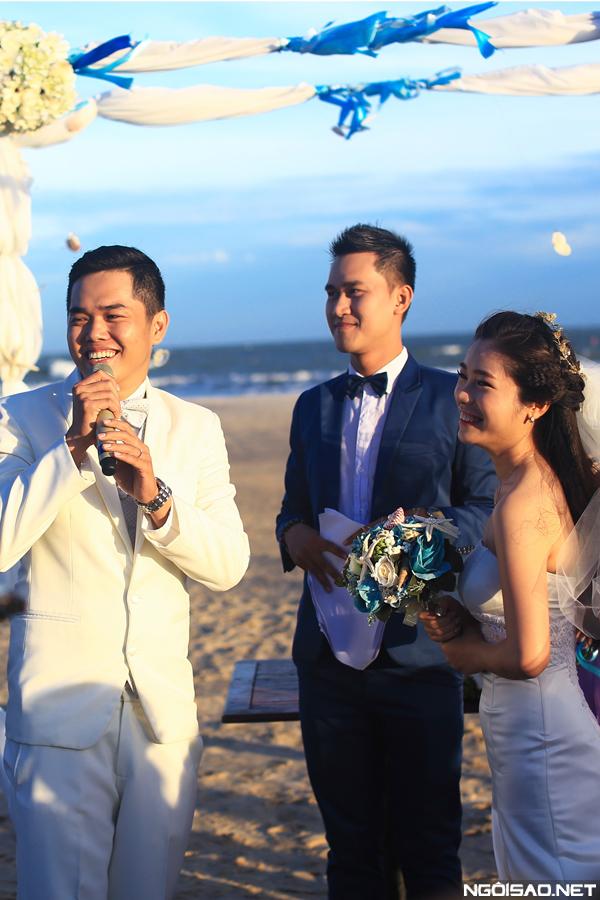 Từ nhỏ, cô dâu Huỳnh Chi đã có mơ ước tổ chức đám cưới trên bãi cát vàng, trước biển xanh mênh mông. Và mong ước ấy đã thành hiện thực khi chú rể của Chi, anh Thiệu Hoàng sẵn sàng ủng hộ.