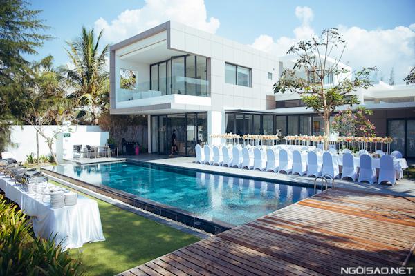 Địa điểm cưới là một resort tại Hồ Tràm.
