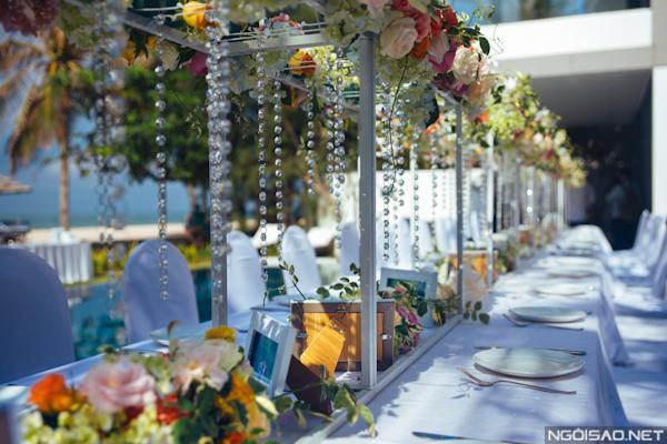 """Phía dưới giàn khung treo được sử dụng kết hợp làm khu vực """"gallery shower"""", để khách mời vẫn có thể vừa ăn, vừa nói chuyện, mà vẫn có thể ngắm được album cưới của hai người."""