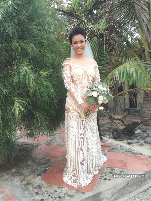 Hoa văn trên thân váy đối xứng và chạy dọc giúp cô dâu trông cao hơn.