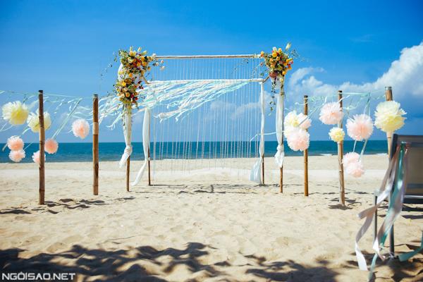 Khu vực trung tâm, cũng là nơi cô dâu chú rể trao lời thề nguyện đặt một chiếc cổng hoa với trang trí ruy băng mềm mại.