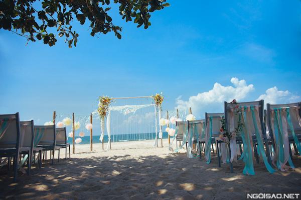 Hôn lễ được cử hành trên bãi biển, nhẹ nhàng, lãng mạn.