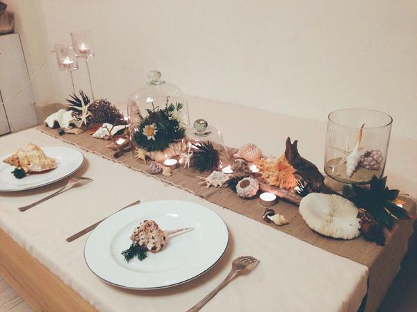 Phương Vy khéo léo kết hợp vỏ ốc, hoa và nến để làm nên bàn tiệc cưới ấn tượng, mộc mạc đúng phong cách cô dự định mà vẫn lung linh.