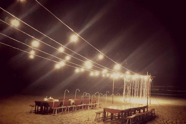 Tối thứ 6, trước đám cưới một ngày, toàn bộ không gian tiệc cưới trên bãi biển Phan Thiết đã được hoàn thiện.