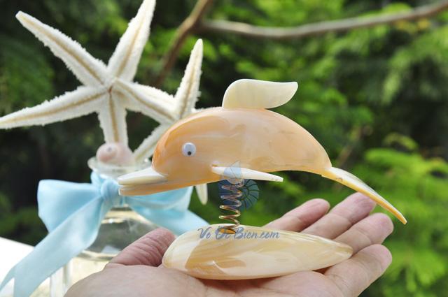 Chú cá heo làm từ trai vàng & vỏ ốc QLN_08 (hình chụp tại VoOcBien)