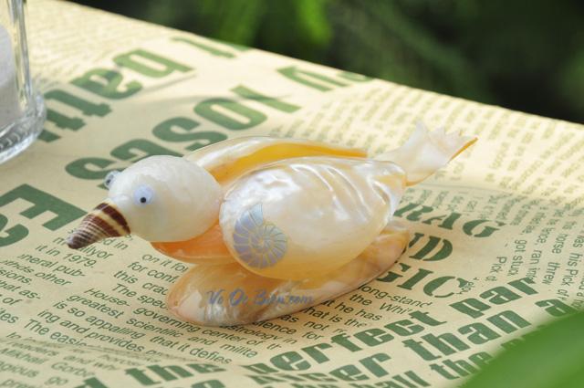 Chú chim làm từ trai vàng & vỏ ốc QLN_07 (hình chụp tại VoOcBien)