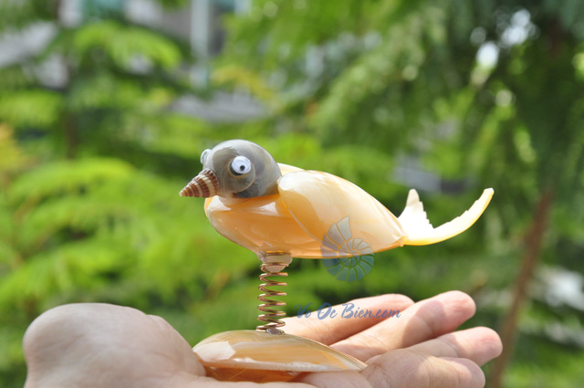 Chú chim làm từ trai vàng & vỏ ốc QLN_06 (hình chụp tại VoOcBien)
