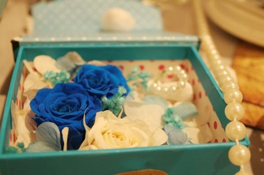 Trang trí bàn gallery tiệc cưới phong cách biển tone trắng & xanh