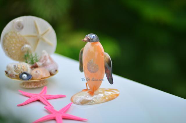 Chim cánh cụt làm từ trai vàng & vỏ ốc QLN_11 - hình chụp tại VoOcBien