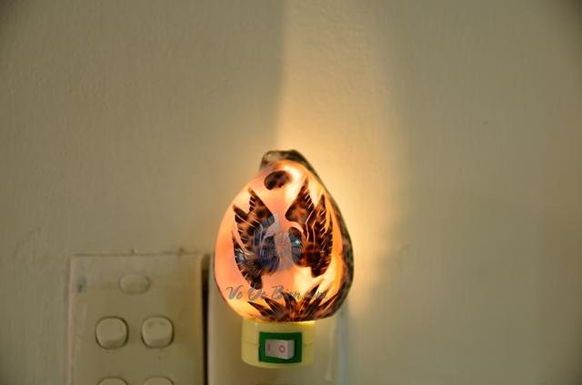 Đèn ngủ vỏ ốc gấm mài khắc ĐN28 – © bản quyền hình chụp tại VoOcBien