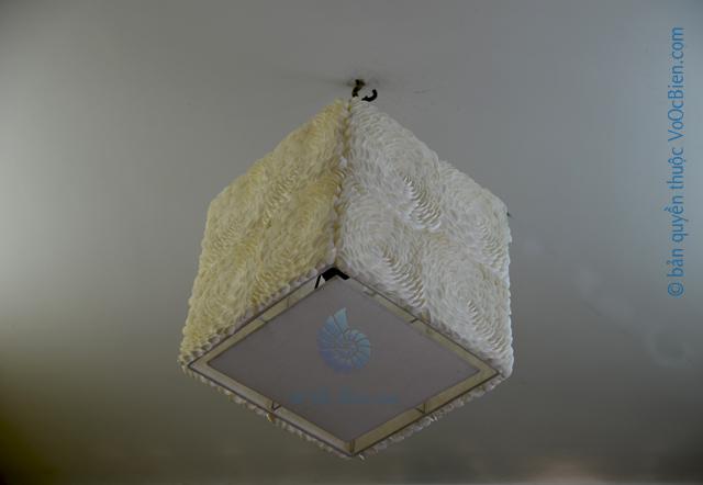 Đèn treo trần đính vỏ sò ốc hoa hồng (vuông) - bản quyền hình ảnh thuộc VoOcBien.com